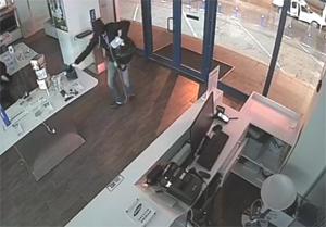 Грабители за 40 секунд вынесли из магазина Samsung в Киеве 28 смартфонов и планшетов (видео)