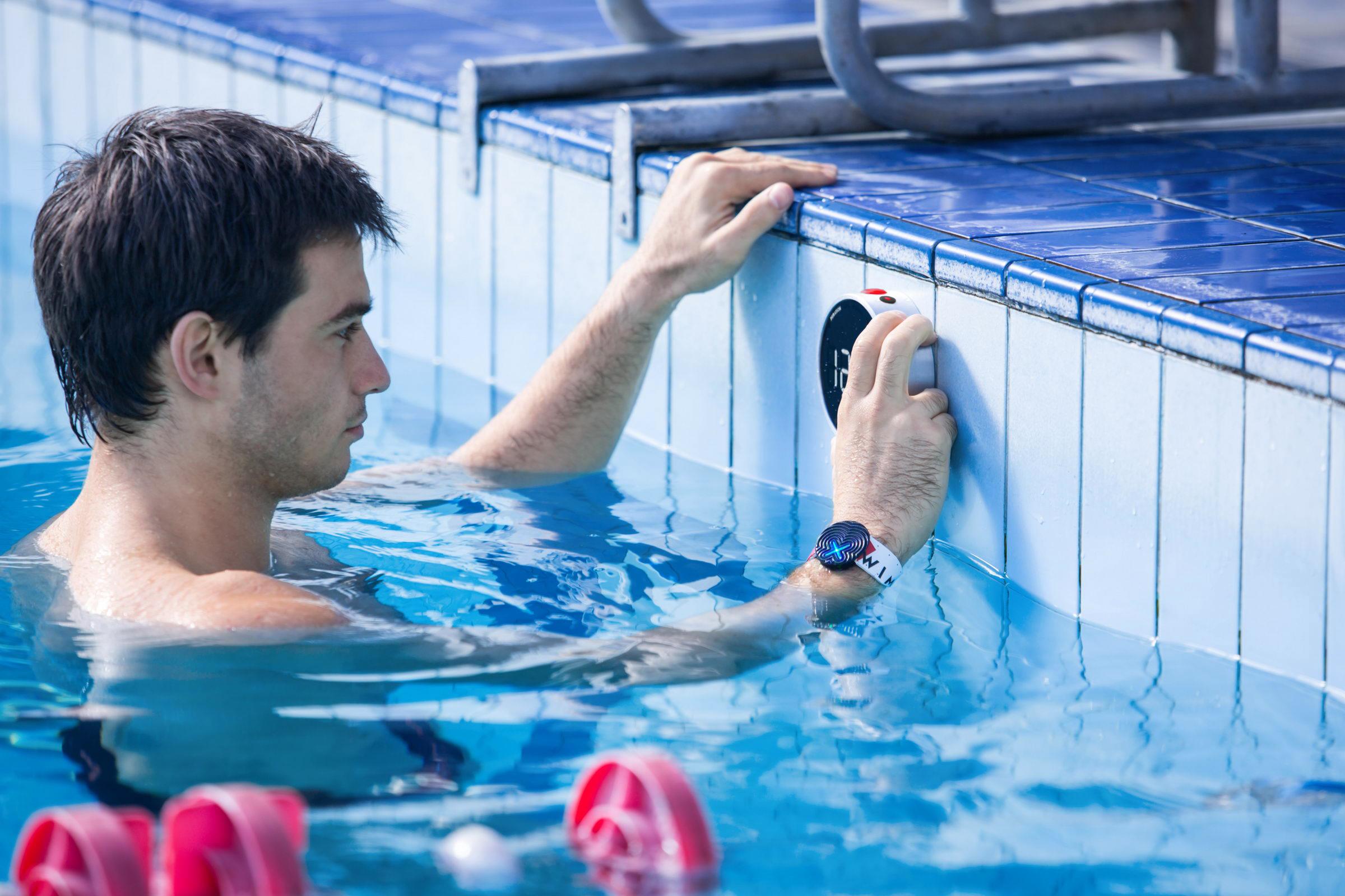 Украинцы создали смарт-браслет Swimmerix для умного плавания и тренировок