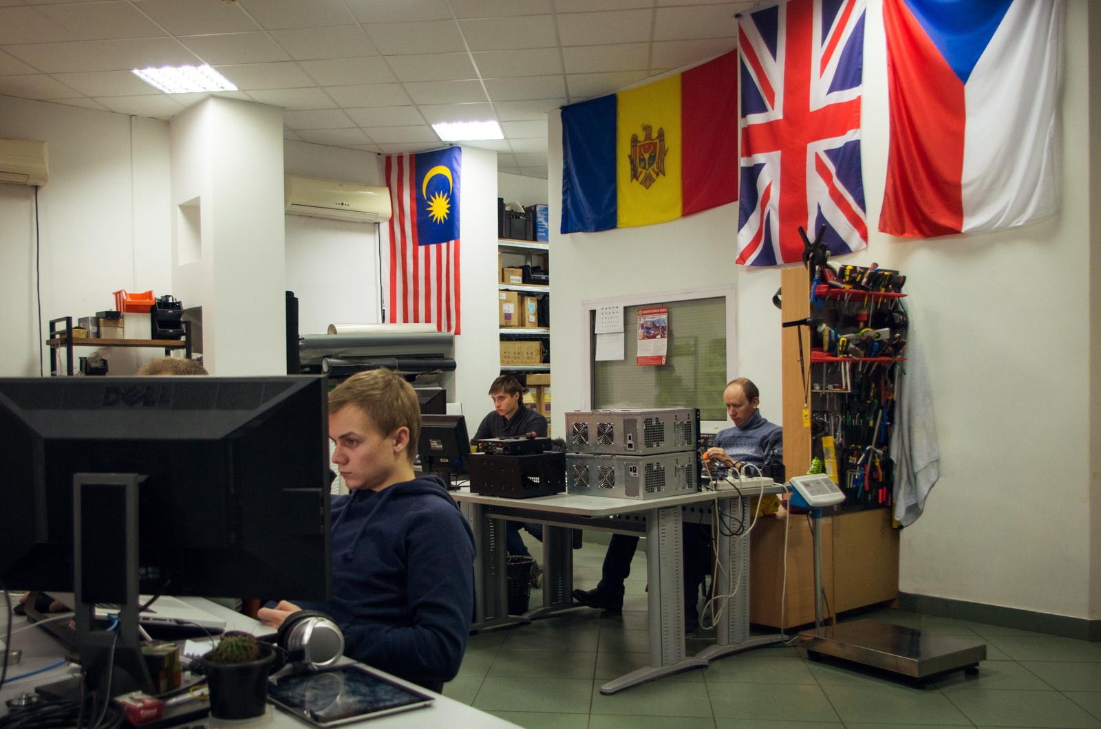 Во Front Pictures есть традиция: вешать в офисе флаг каждой страны, в которой компания делала проект. Сейчас ими завешаны все помещения компании.