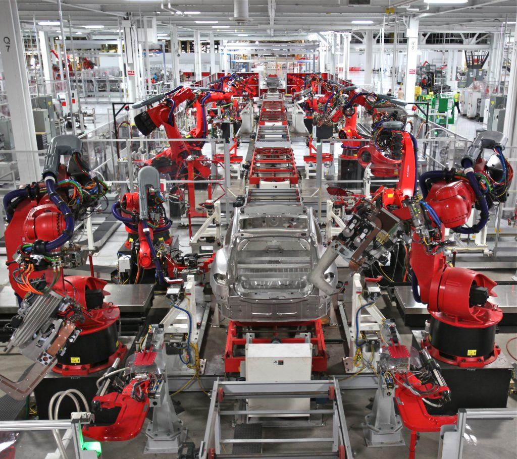 На заводе Tesla трудятся тысячи роботов