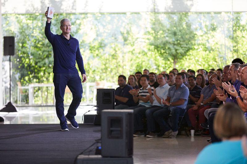 Тим Кук держит тот самый миллиардный iPhone. Фото: Apple