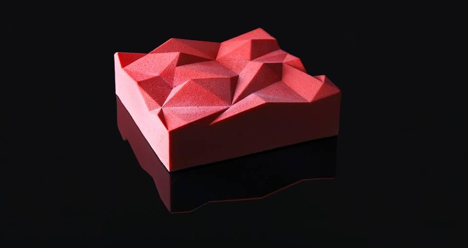 """Торт """"Lime-basil triangulation"""". Внутри: мусс лайм-базилик с итальянской меренгой, лаймовый мусс-маршмеллоу, конфи лайм-базилик, бисквит, хрустящий слой с миндальными хлопьями. Работа из серии """"Геометрия"""""""