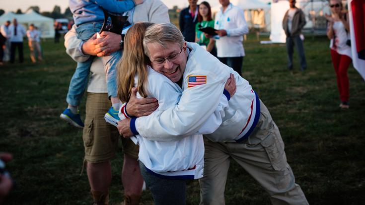 Джон Лэнгфорд на Чемпионате мира по ракетомодельному спорту во Львове поздравляет победительницу из американской сборной юниоров
