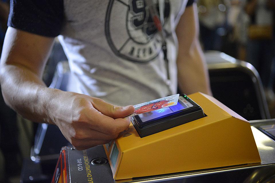 Киевское метро разрешило использовать банковские карты как проездные