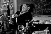 Знаменитый физик Стивен Хокинг умер в возрасте 76 лет